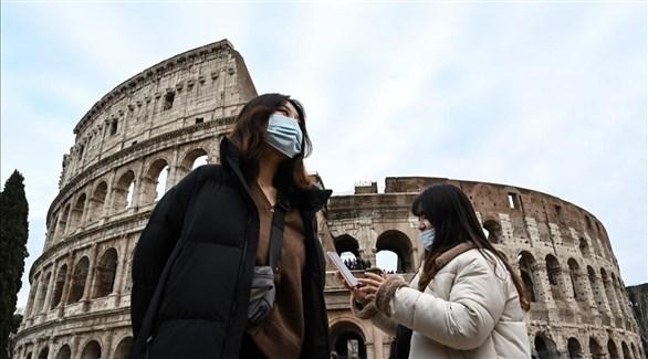 سيدتان أمام الكوليسوم  في العاصمة الإيطالية روما (أرشيف)