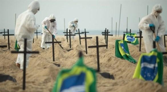 عمال يجهزون قبوراً في البرازيل (أرشيف)