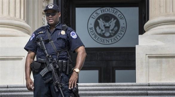 شرطي أمريكي أمام مجلس النواب في مجمع الكونغرس بواشنطن (أرشيف)
