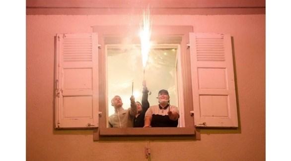 فرنسيون يشعلون لعبة نارية في مولوز شمال شرق البلاد (لالزاس)