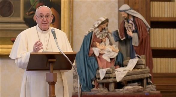 البابا يتلو الصلاة من مكتبة الفاتيكان (رويترز)