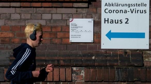 ألماني أمام مركز لكشف كورونا في برلين (أرشيف)