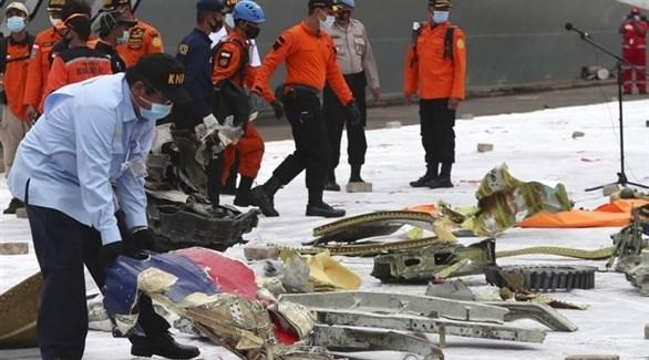منقذون يجمعون حطام الطائرة الأندونيسية (تويتر)