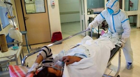 طبيب تركي يقدم الرعاية لمريضة بكورونا (أرشيف)