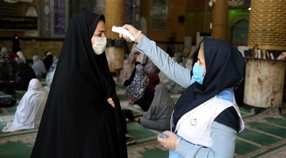 ممرضة إيرانية تقيس حرارة سيدة (أرشيف)