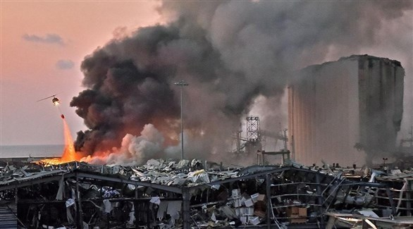طوافة ترمي المياه فوق نيران انفجار مرفأ بيروت  (أرشيف)