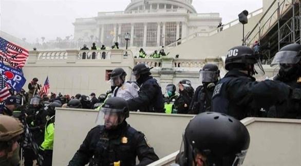 عناصر من شرطة الكابيتول أثناء اقتحام أنصار ترامب مقر الكونغرس (أرشيف)