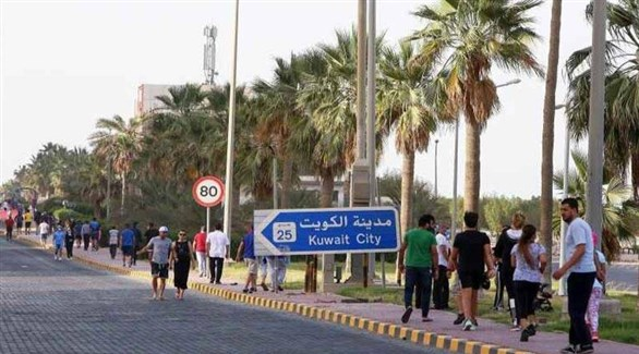 مشاة على رصيف أحد شوارع الكويت (أرشيف)
