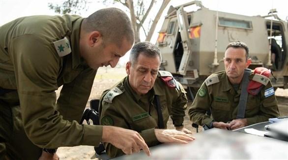 رئيس أركان الجيش الإسرائيلي أفيف كوخافي مع بعض ضباطه (أرشيف)
