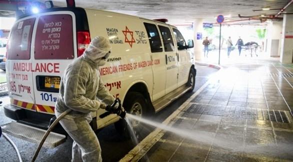 عامل يعقم مدخل مستشفى في إسرائيل (أرشيف)