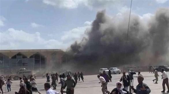 يمنيون في مطار عدن لحظة استهدافه (أرشيف)