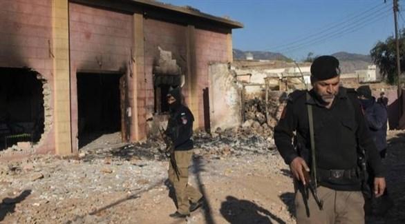 عناصر من الشرطة الباكستانية بين أنقاض المعبد بعد تخريبه (أرشيف)
