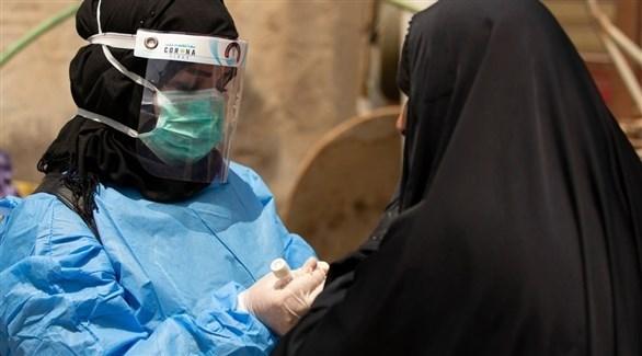 سيدة عراقية تخضع لفحص الإصابة بكورونا (أرشيف)
