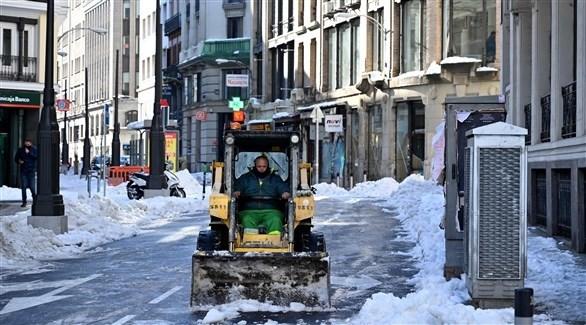 عمليات فتح الشوارع المغلقة بسبب الثلوج (أ ف ب)