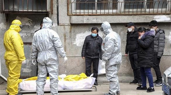 صينيون حول جثمان أحد ضحايا كورونا (أرشيف)
