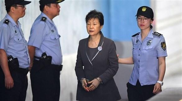 الرئيسة الكورية الجنوبية السابقة باك كون هيه في طريقها إلى المحكمة (أرشيف)