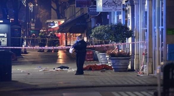 شرطية بريطانية في موقع الطعن بشارع إدجوير دبليو 2 بلندن (ميرور)