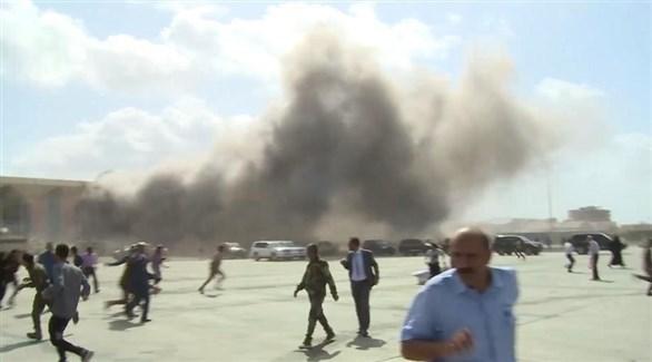 يمنيون في ساحة مطار عدن لحظة الانفجار (إ ب إ)