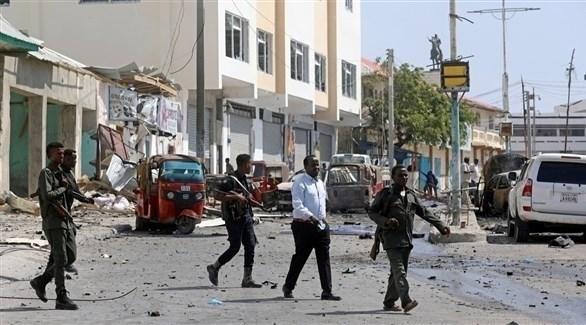 عناصر من الجيش والشرطة الصومالية في محيط موقع انفجار بمقديشو (أرشيف)