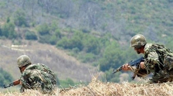 عنصران في الجيش الجزائري خلال عملية بحث عن إرهابيين (أرشيف)