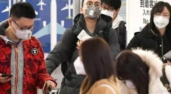 مواطنون يابانيون يرتدون الكمامة خوفاً من كورونا (أرشيف)