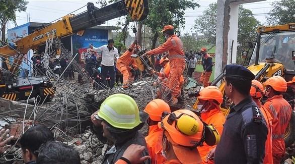 كوادر إنقاذ هندية تبحث عن الأحياء والجثث في موقع الانهيار (أ ف ب)