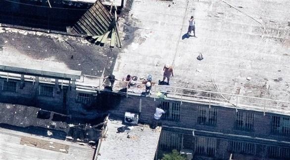 اعتلاء المساجين لسطح السجن (تويتر)