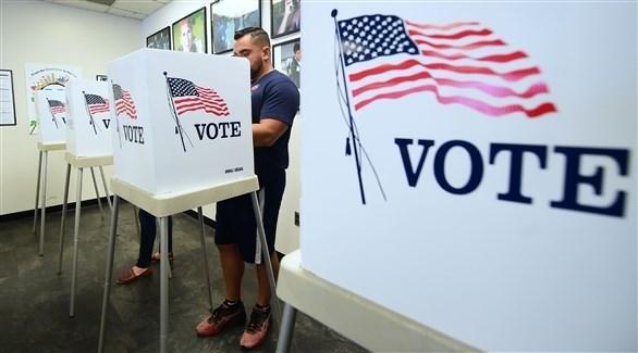 مواطن أمريكي خلال الإدلاء بصوته في الانتخابات (أرشيف)