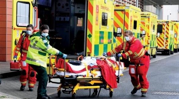 مسعفون ينقلون مصاباً بكورونا في بريطانيا (أرشيف)