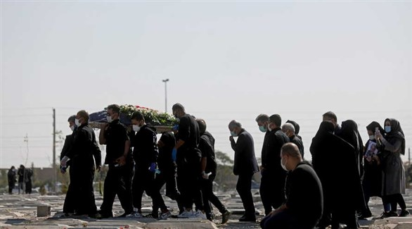 إيرانيون في جنازة أحد ضحايا كورونا (أرشيف)