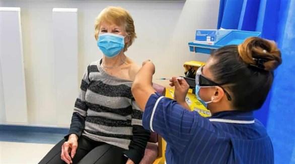 ممرضة تُطعم البريطانية مارغريت كينان بأول جرعة من اللقاح ضد كورونا (أرشيف)
