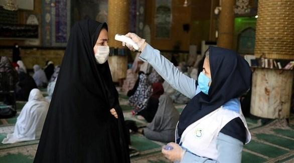 ممرضة تفحص سيدة في إيران (أرشيف)