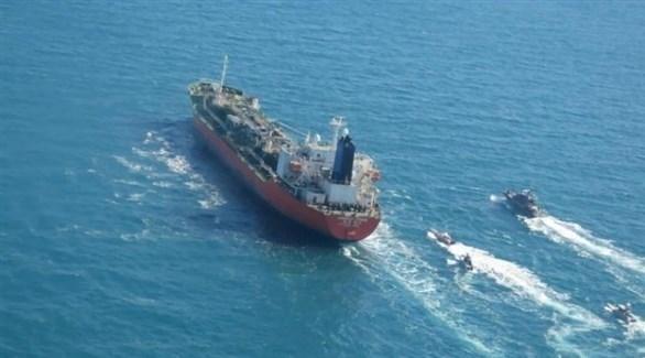 ناقلة النفط الكورية الجنوبية أثناء احتجازها من قبل القوات الإيرانية (أ.ب)
