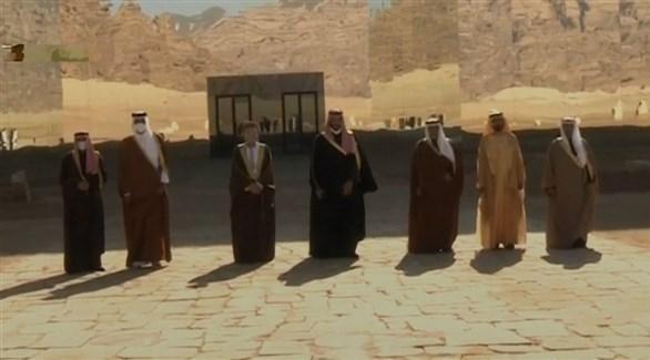 الصورة التذكارية لقادة الوفود المشاركة بالقمة الخليجية (تويتر)