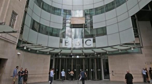 عاملون في هيئة الإذاعة البريطانية أمام مبناها في لندن (أرشيف)