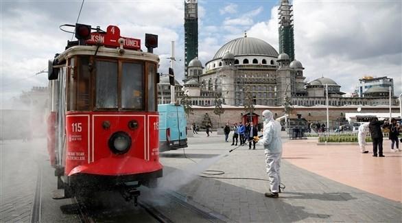 عامل تركي يعقم ساحة في إسطنبول (أرشيف)