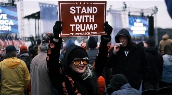 مؤيدة للرئيس الأمريكي دونالد ترامب أمام مبنى الكونغرس (تويتر)