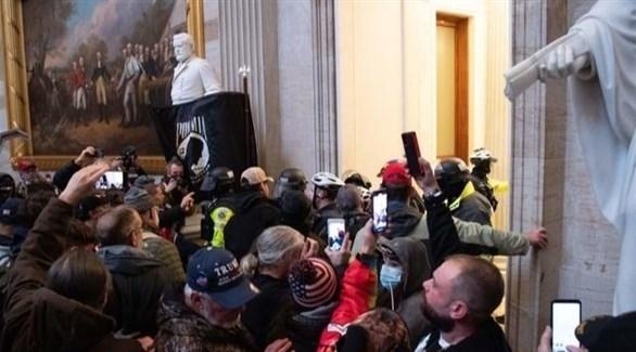 أنصار ترامب داخل الكابيتول مقر الكونغرس (سي إن بي سي)