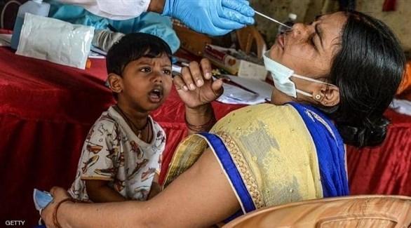 إجراء مسحة لفيروس كورونا على مواطنة هندية (أرشيف)