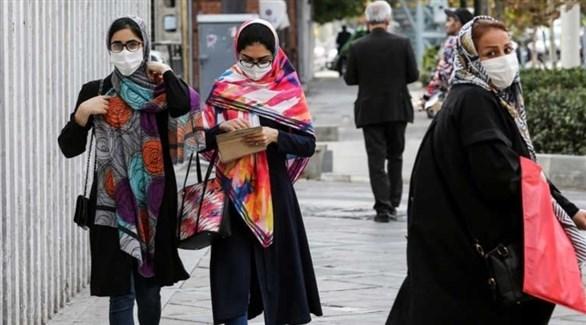 سيدات يرتدين الكمامات للوقاية من كورونا في إيران (أ ف ب)