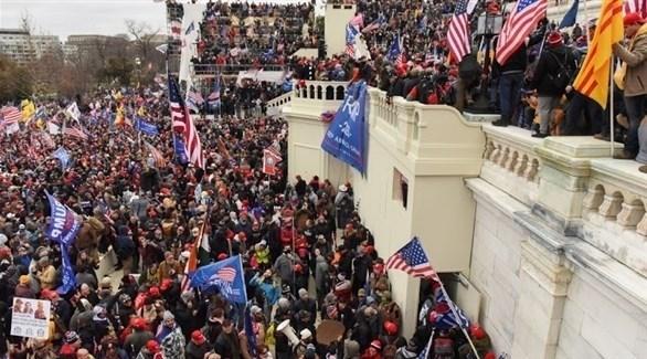 أنصار ترامب يطوقون مبنى الكابيتول في واشنطن قبل اقتحامه أمس (تويتر)