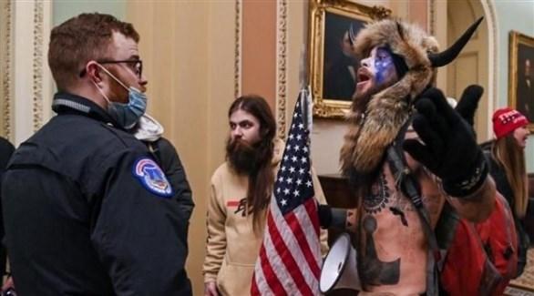 مؤيدون للرئيس دونالد ترامب في الكونغرس بعد اقتحامه (أرشيف)