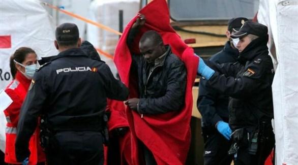 عناصر من الشرطة الإسبانية يساعدون مهاجر غير شرعي عبر المتوسط (أرشيف)