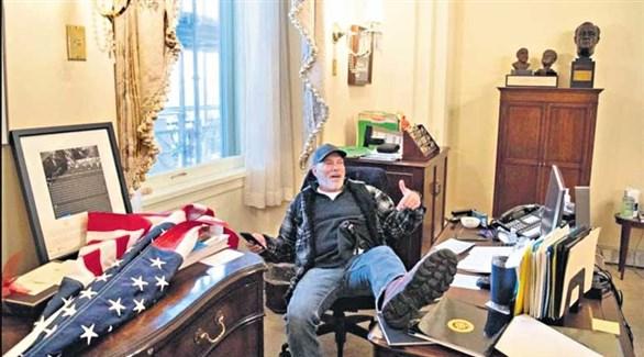 ريتشارد بارنت في مكتب نانسي بيلوسي بعد اقتحام مبنى الكونغرس (أرشيف)