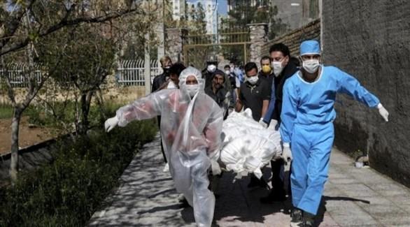 إيرانيون ينقلون متوفى بفيروس كورونا (أرشيف)