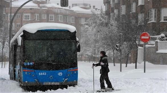حافلة عالقة وسط الثلوج في مدريد (أ ف ب)