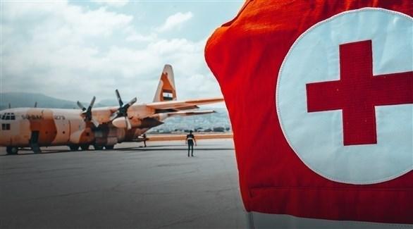 عنصر من الصليب الأحمر بالقرب من طائرة عسكرية في بيروت (أرشيف / الصليب الأحمر)