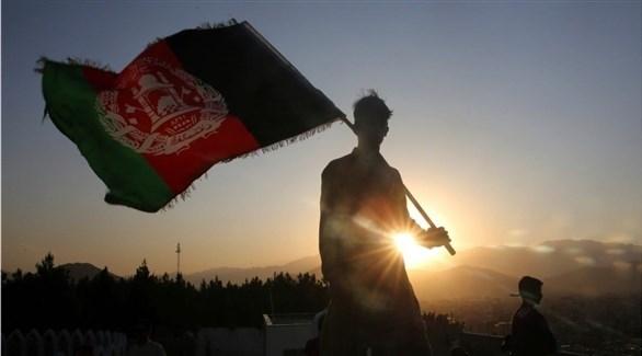 شخص يرفع علم أفغانستان (أرشيف)