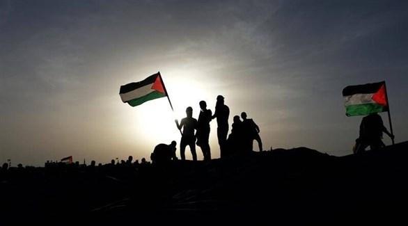 شبان يحملون الأعلام الفلسطينية (أرشيف)