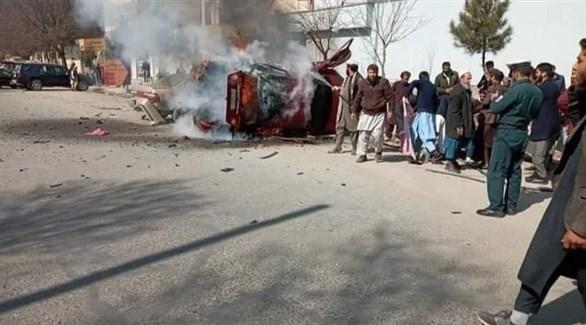 مواطنون بجوار السيارة التي تم استهدافها (تويتر)